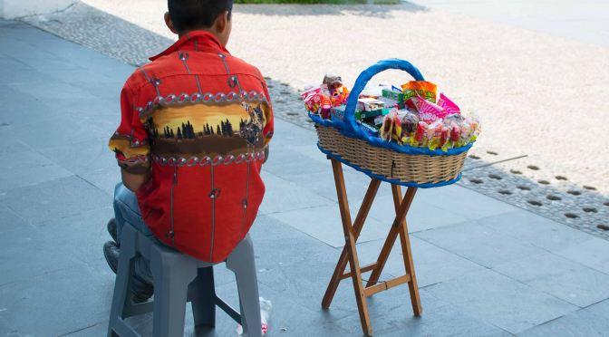 Niños tzotziles: multiusos del asfalto en Tabasco