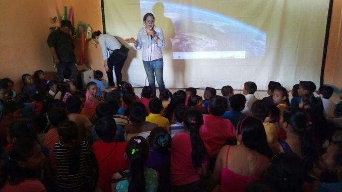 Disfrutan niños y niñas del Ejido Palomillal del Cine Móvil de Centro