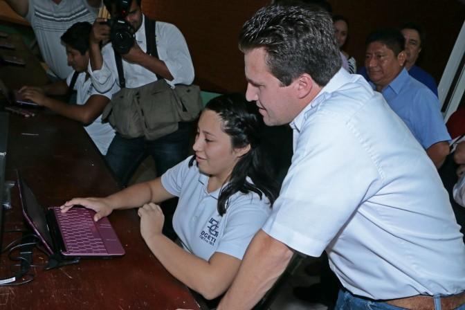 Computadoras e internet gratuito para jóvenes en la biblioteca municipal