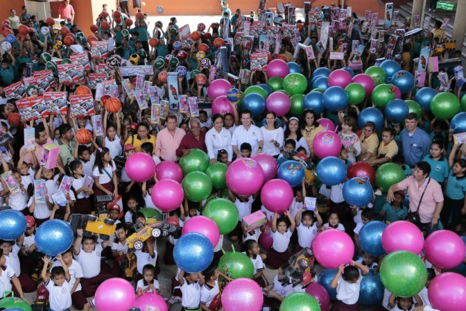 Lleva matrimonio Gaudiano-Martel juguetes a niños de Ocuitzapotlán