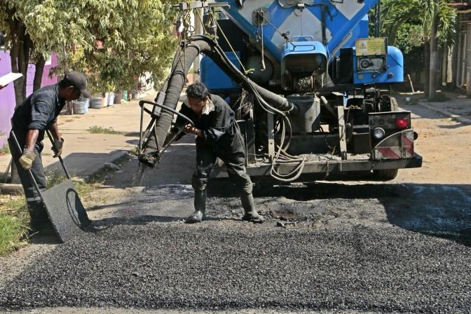 """Contentas las familias de Centro por bacheo de sus calles con el """"Jet Patcher"""""""