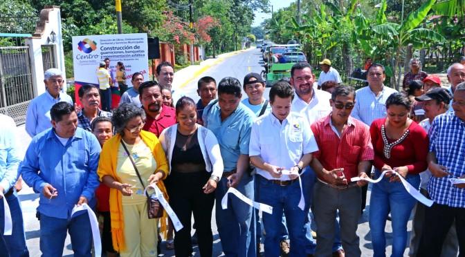 Caminan familias de Boquerón 3ra por calles y banquetas nuevas