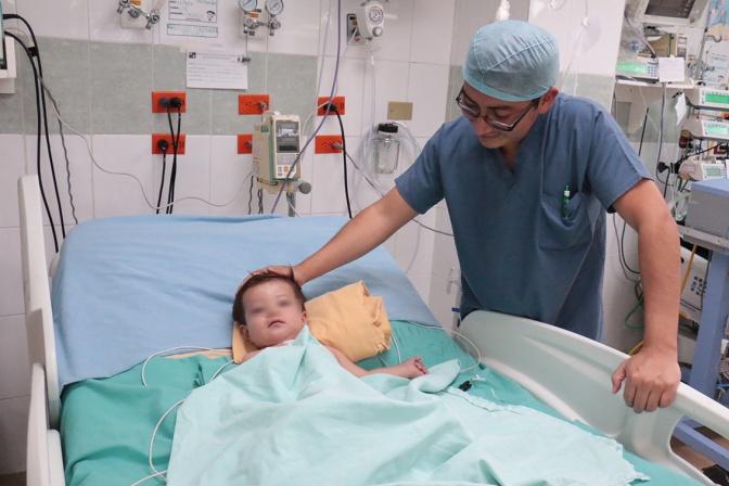 Salvan médicos del hospital del Niño a Gabino: su corazón ya late completo