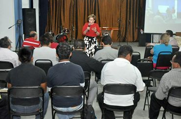 Ady García avanza y dialoga con  cristianos,  campesinos y jóvenes