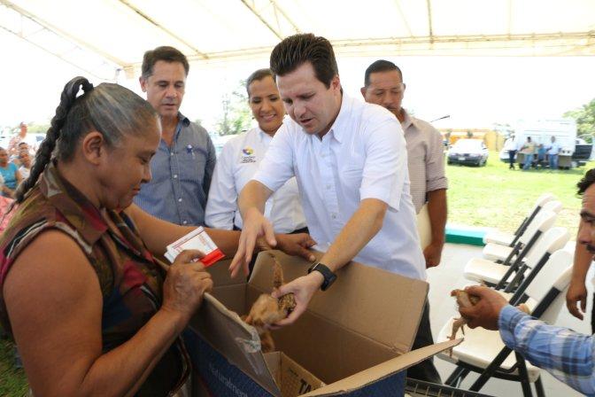 Fortalece Centro economía de familias con programa de Aves de Traspatio
