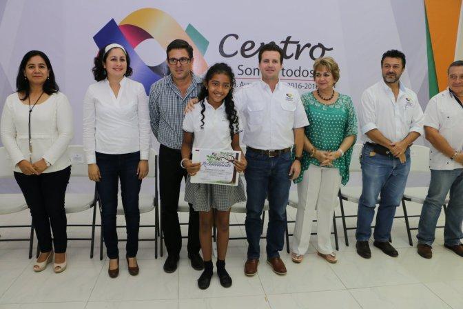 """Reconoce Gaudiano a estudiantes de la """"Pelli""""que salvaron Ceiba"""