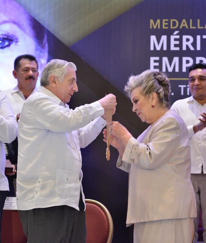 Premian a Tirsa Elena Rodríguez Prats con Medalla al Mérito Empresarial 2016