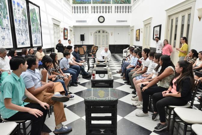 Convive Gobernador con niños ganadores en Festival de cine