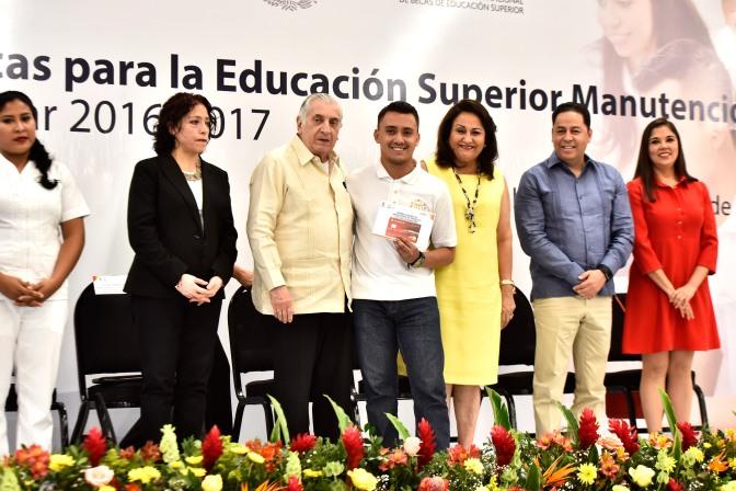 Tiende gobernador Núñez la mano con becas a más de 7 mil estudiantes