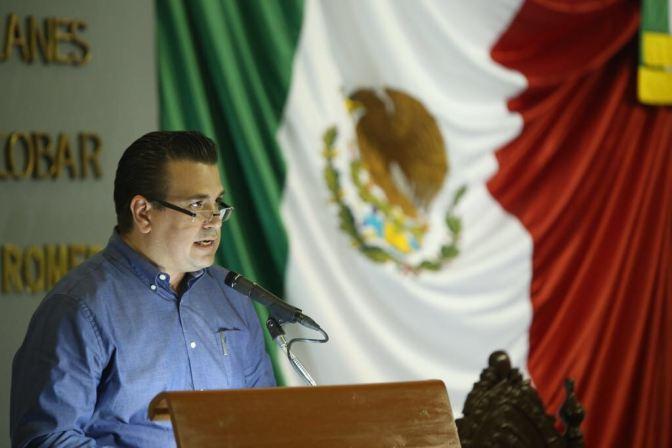 Reducir número de diputados pluris y regidores, propone diputado César Rojas