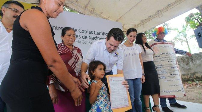 Apoya Centro a familias con entrega de actas de nacimiento