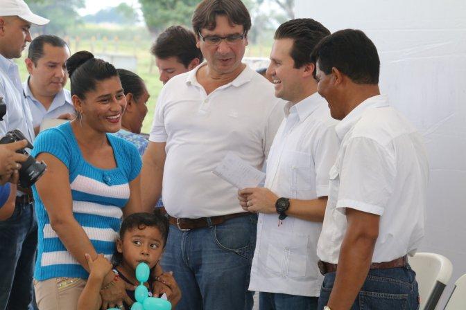 Lleva Gaudiano soluciones a familias de Ismate y Chilapilla 2a, Centro
