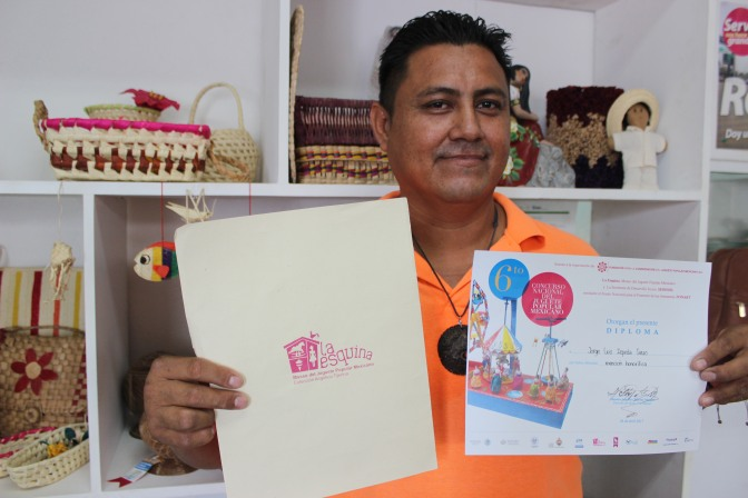 Destaca artesano tabasqueño en concurso nacional con tren de bambú