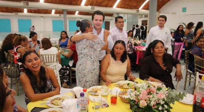 Festejan a madres trabajadoras de Centro