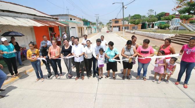 Pavimentada calle principal de la Villa Pueblo Nuevo de las Raíces, Centro
