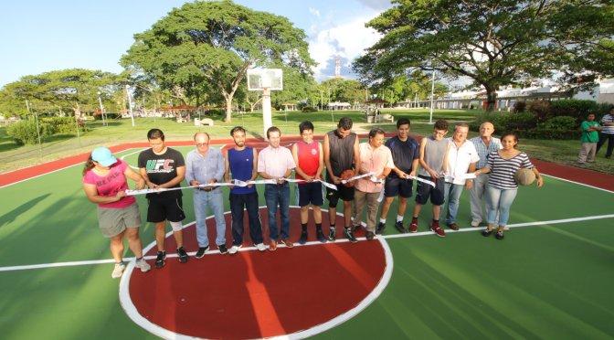 Entrega Gaudiano a jóvenes segunda cancha de basquetbol en Parque La Choca