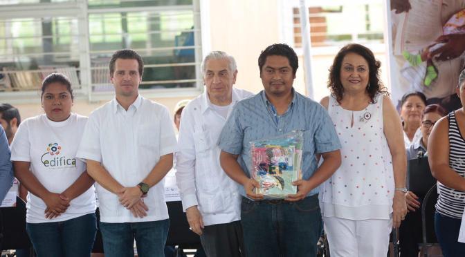 Atestigua Gaudiano entrega de apoyos del gobierno estatal a familias de Centro