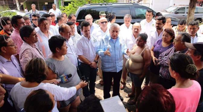 Recorre gobernador zonas inundadas y atiende a familias afectadas
