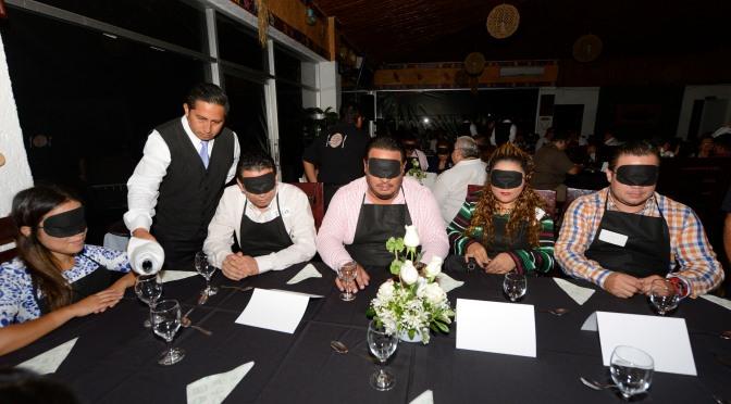 Cena a ciegas, con causa…