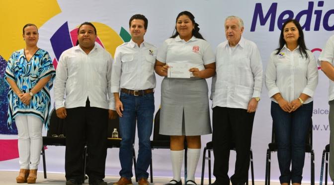 Premia Centro dedicación de 2 mil 500 estudiantes