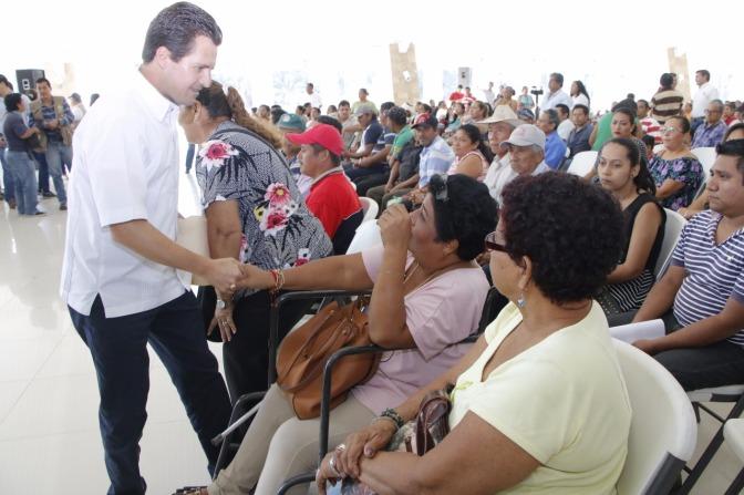 Entrega Gaudiano apoyos para mejorar vida de las familias de Centro