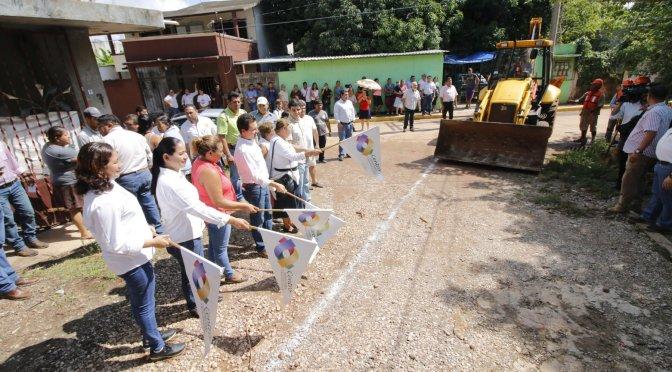 Da Gaudiano banderazo a construcción de banquetas y calles en Sector Compuerta