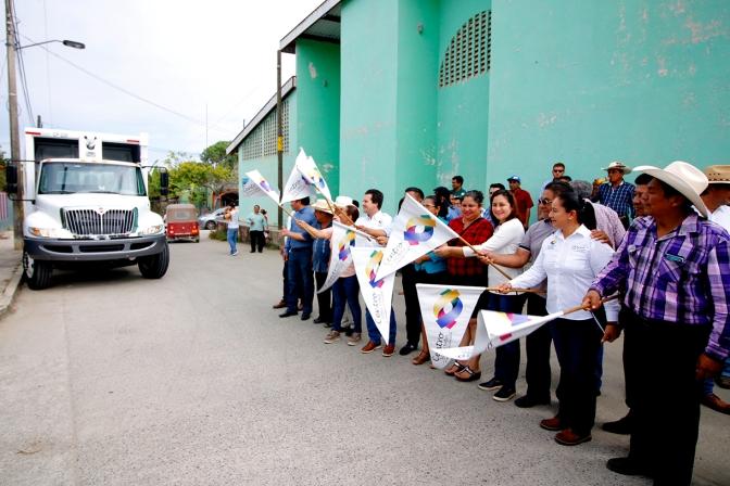 Entrega Gaudiano camión recolector e inaugura techumbre en Tocoal