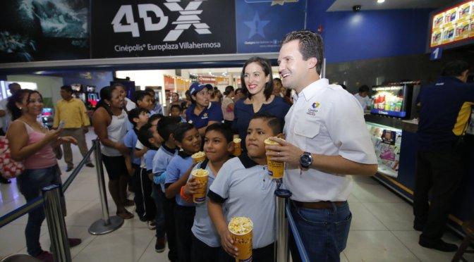 Lleva matrimonio Gaudiano-Martel a 1 mil 500 niños de Centro a una feliz mañana de cine