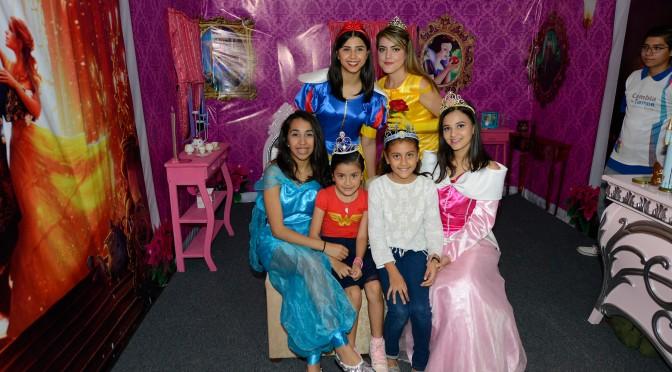 Princesas de Disney alegran a familias en Festival Navideño
