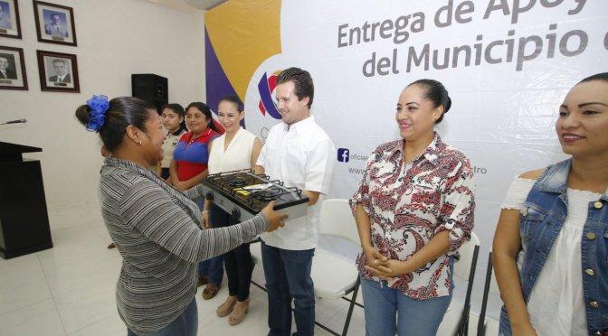Hace Gaudiano entrega de apoyos a mujeres de las zonas deLa IslayParrilla
