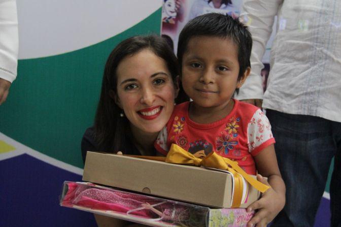Preside Ximena Martel 2ª entrega de pelucas mediante el Trenzatón 2017