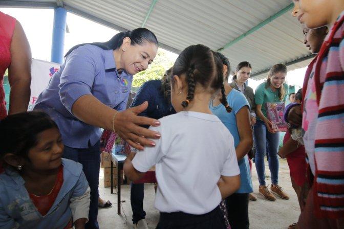 Lleva DIF Centro regalos al jardín de niños del ejido José López Portillo