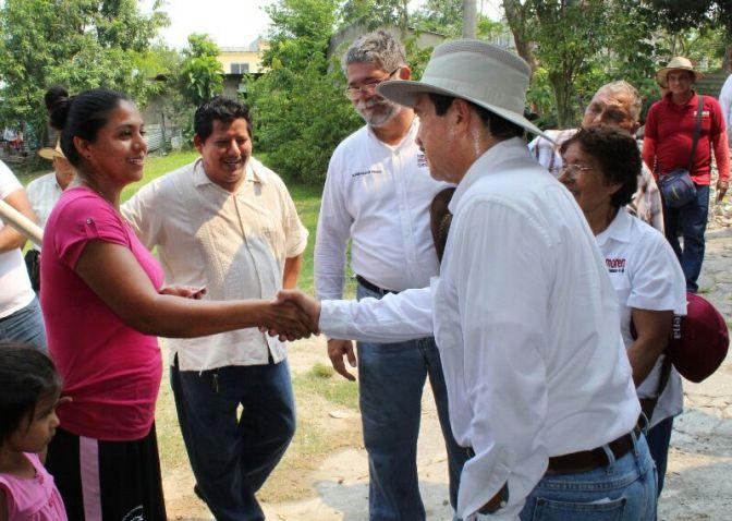 Ofrece Evaristo mejorar servicios públicos a familias de la Villa Luis Gil Pérez