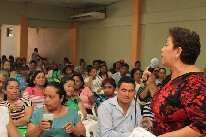 Diálogo franco y abierto de Anita Castellanos con trabajadores del Ayuntamiento de Paraíso