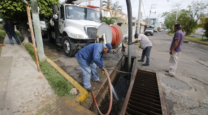 Reconocen labores de desazolve en Centro; van 185 mil metros lineales de tubería limpiados este año