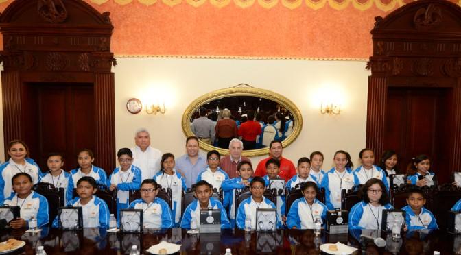 Convive Núñez con ganadores  de Olimpiada del Conocimiento