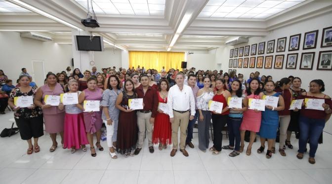 Entrega Centro reconocimientos a 86 egresados de academias y oficios generación 2016-2018