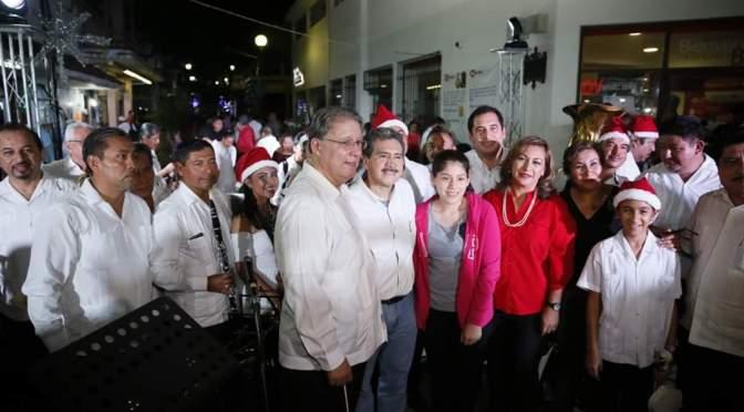 Convive Evaristo Hernández con familias en actividades decembrinas