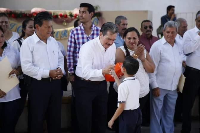 Un maestro de educación física y un psicólogo por escuela, propone Evaristo Hernández