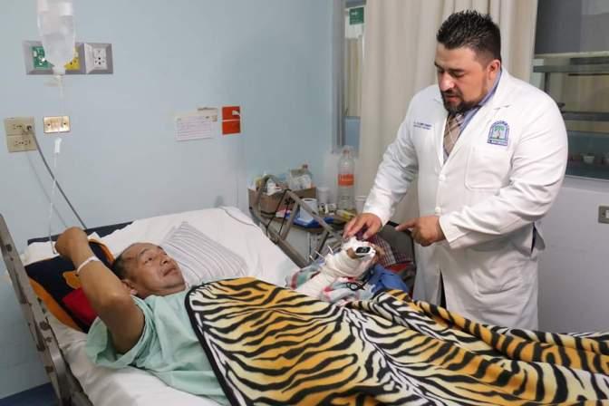 """""""Pegan"""" médicos  la mano  a un macheteado que fue asaltado"""