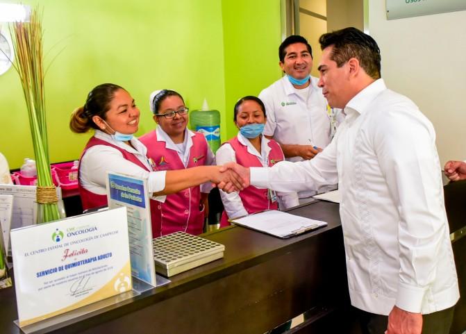Reconoce el gobernador Alejandro Moreno Cárdenas labor del personal del Centro Estatal de Oncología de Campeche