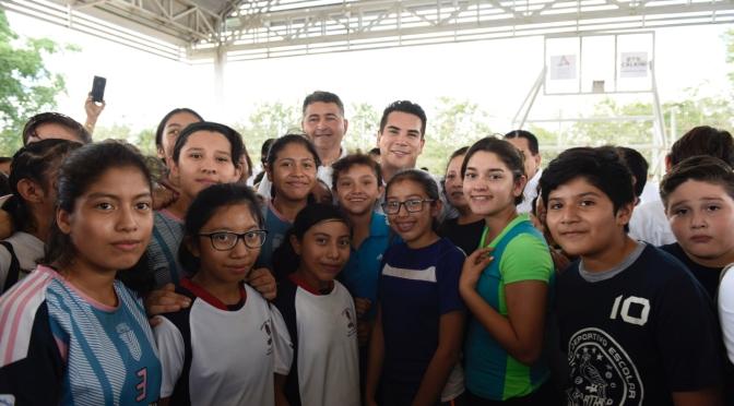 Inaugura el gobernador Alejandro Moreno Cárdenas cancha techada en Calkini