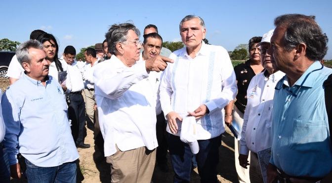 Atiende Adán Augusto crisis de abasto de agua potable en Balancán