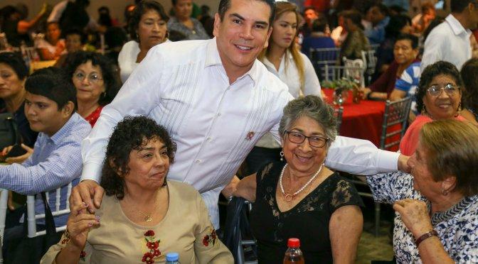 Celebra gobernador Alejandro Moreno a dos mil jubilados y pensionados