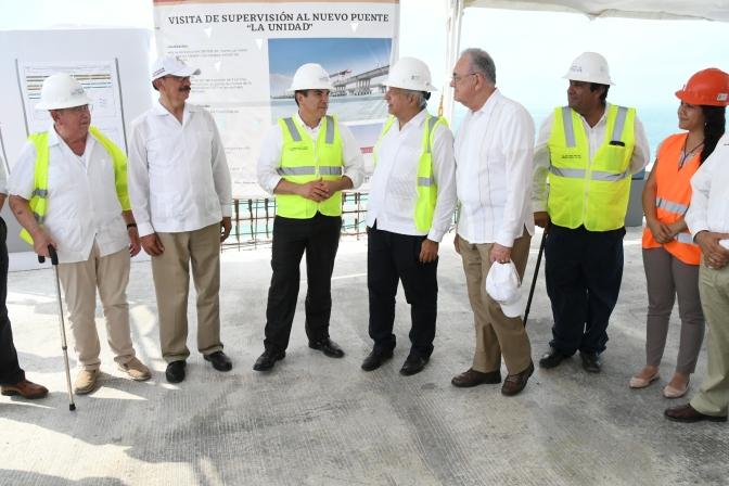 El presidente AMLO y el gobernador Alejandro Moreno supervisan nuevo Puente de la Unidad