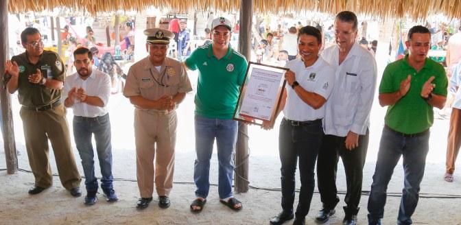 """Atestigua el gobernador Alejandro Moreno entrega del distintivo """"Turismo Incluyente"""" al balneario Playa Bonita de Campeche"""