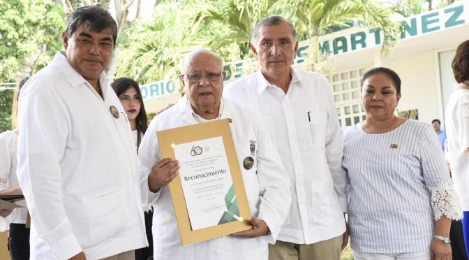 Reconoce Adán Augusto a fundadores de Escuela de Medicina de la UJAT