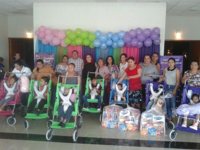 Dona Fundación López DEANTES carriolas a niños con parálisis cerebral