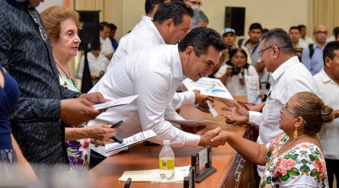 Premia gobernador Alejandro Moreno a maestros con 40, 30 y 25 años de servicio ininterrumpido de educar a campechanos