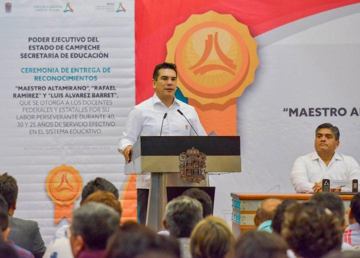 15MAYO2019-DÍA DEL MAESTRO-ENTREGA DE RECONOCIMIENTOS A MAESTROS POR AÑOS DE SERVICIO16.jpg